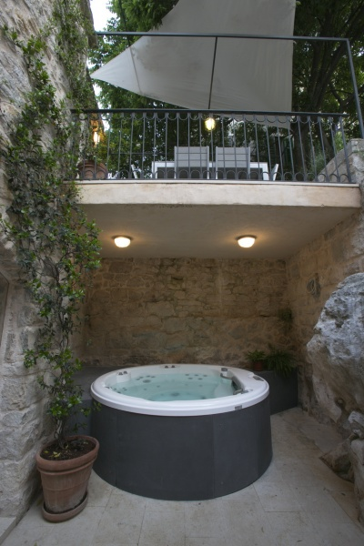 courtyard with jacuzzi
